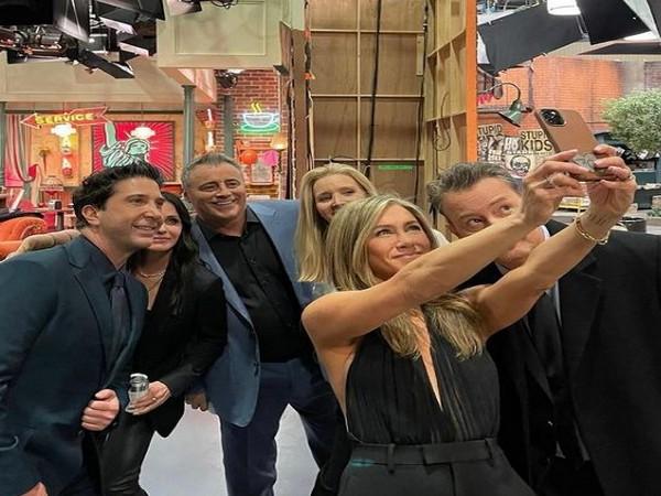 The 'Friends' clan -- Jennifer Aniston, Matthew Perry, Courteney Cox, David Schwimmer, Lisa Kudrow and Matt LeBlanc (Image source: Instagram)
