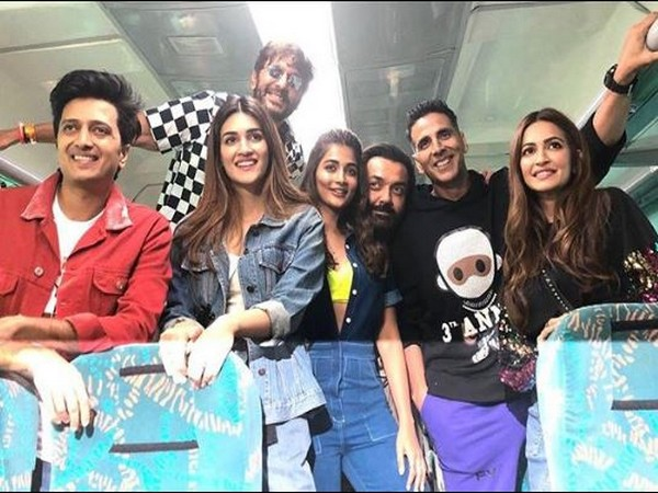 The entire cast of 'Housefull 4' in a train on way to New Delhi from Mumbai. (Image courtesy: Instagram)