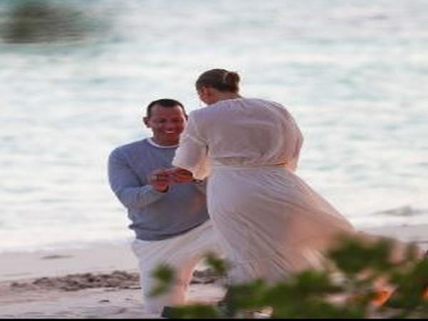 Alex Rodriguez proposing Jennifer Lopez (Image Source: Instagram)