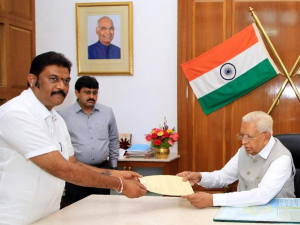 Congress MLA Anand Singh submitting his resignation to Karnataka Governor on Monday. Photo/ANI