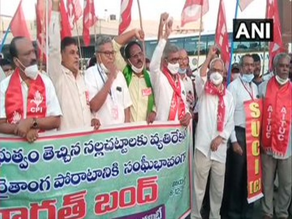 Left parties protest with farmers in Andhra Pradesh on Monday. [Photo/ANI]