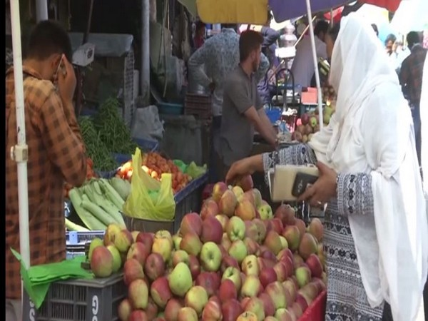 Apple market in Jammu and Kashmir's Poonch. Photo/ANI