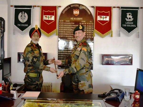 Lt Gen YK Joshi handing the command of 'Fire and Fury of Corps' to Lt Gen Harinder Singh in Srinagar on Thursday. Photo/ANI