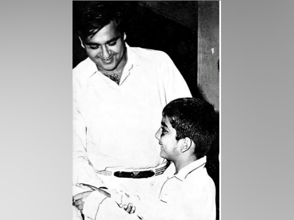 Childhood picture of Sanjay dutt with late father Sunil Dutt (Image Source: Twitter)