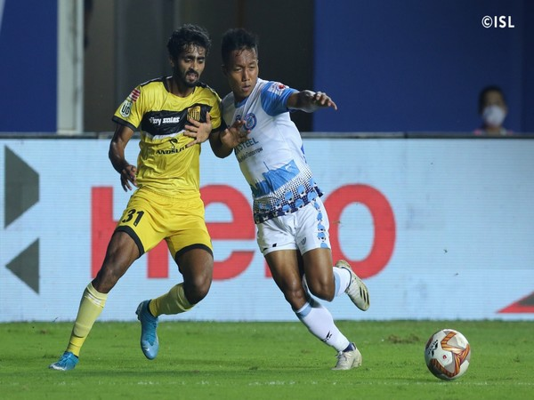 Jamshedpur FC's Laldinliana Rentheli hustling for a ball (Photo/ ISL Twitter)