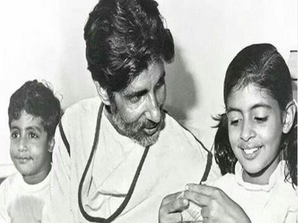 Amitabh Bachchan with kids (Image Courtesy: Instagram)