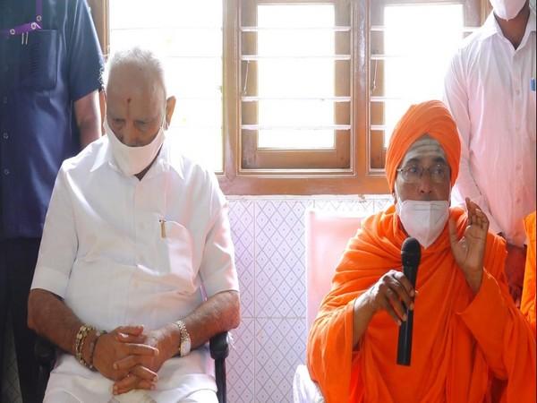 Karnataka Chief Minister BS Yediyurappa (L), Bekkina Kal mutt Seer Mallikarjuna Murugharajendra (R) (Photo/ANI)