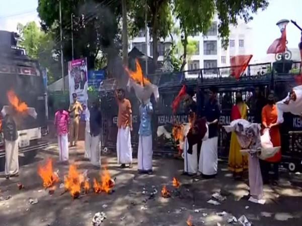 Visaual of ABVP workers burning effigies of State Ministers at Kerala Secretariat