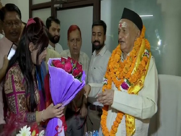 A lady offers a bouquet of flowers to Bhagat Singh Koshyari who is newly appointed governor of Maharashtra