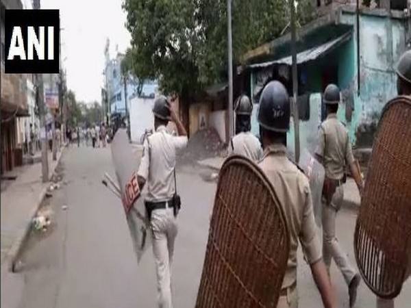 Police attempting to control miscreants in Bhatpara (Photo/ANI)