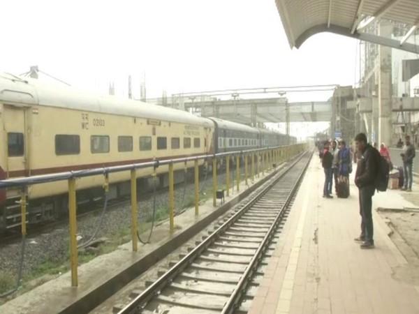 Trains delayed as dense fog engulfs Bhopal. Photo/ANI