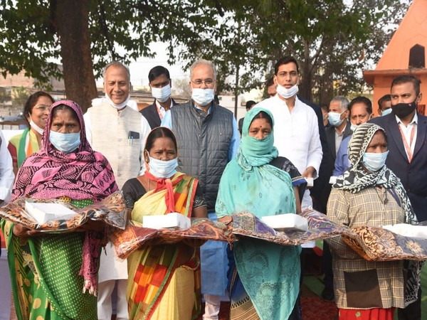 Chhattisgarh Chief Minister Bhupesh Baghel celebrated New Year with labourers. [Photo-Bhupesh Baghel/Twitter]