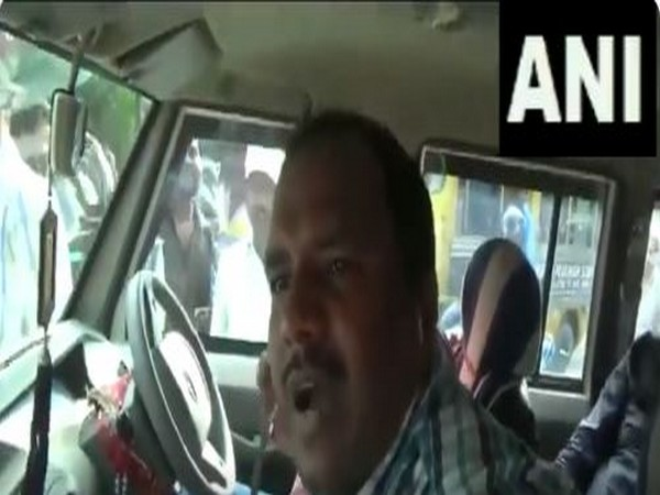 Locals in Muzaffarpur confronted Policemen yesterday for not wearing seat belts while driving. [Photo/ANI]