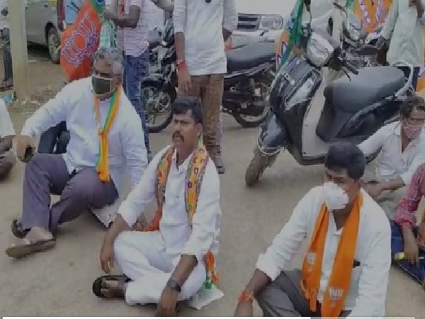 A visual of the protest by the BJP in Kurnool, Andhra Pradesh.