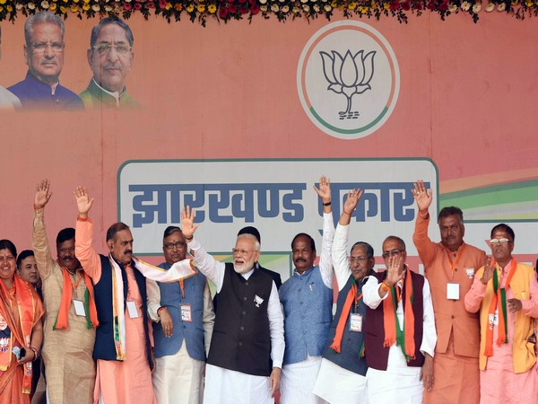 Prime Minister Narendra Modi, Chief Minister of Jharkhand Raghubar Das and senior BJP leaders during an election rally in Barhi. (ANI photo)