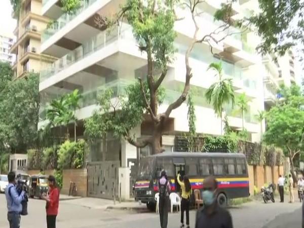 Mumbai cops provided security outside Kangana's house. [Photo/ANI]