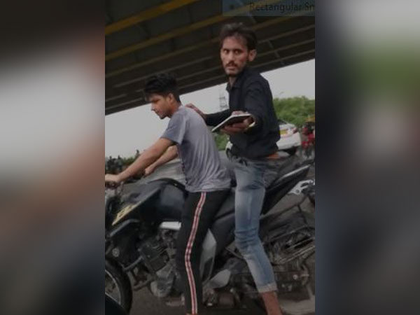 A grab from the video showing the alleged snatchers returning mobile to a man chasing them