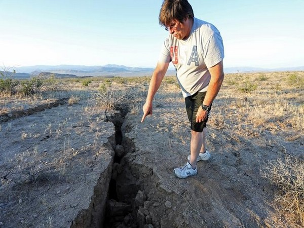 A man points at a fissure created by the earthquake in California on July 5 (Photo/Reuters)