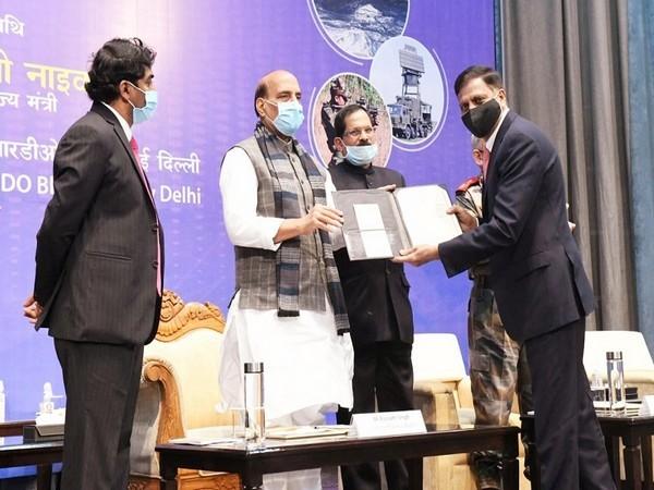 Apparao V Mallavarapu, CMD, Centum receiving the Award from Rajnath Singh