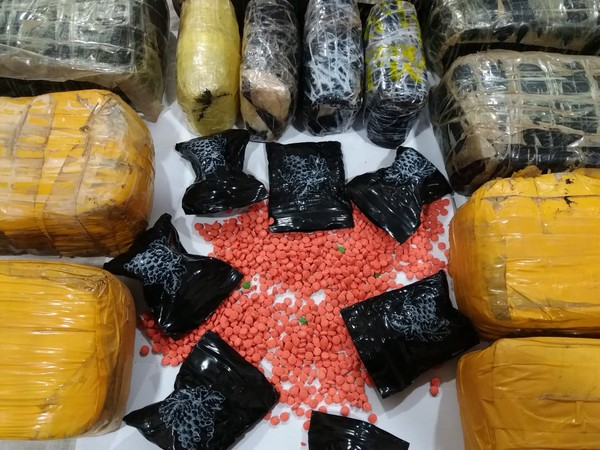 Two persons were arrested for allegedly carrying nine packets of narcotic drugs.