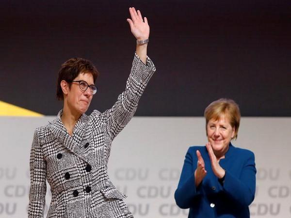 The new German Minister of Defence, Annegret Kramp-Karrenbauer (L), with German Chancellor Angela Merkel (R) (file photo)