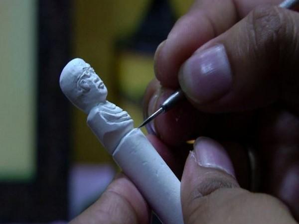 Varun Kumar Achar carve Gandhis' statues on chalk pencils in Shivamogga on Wednesday. Photo/ANI