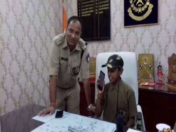 Superintendent of Police (SP) Amit Singh with children in Madhya Pradesh on Thursday. (Photo/ANI)