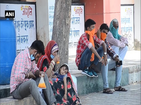 Locals consume juice and cold drinks to beat the heat as Churu records maximum temperature of 43 degrees Celsius on Saturday. (Photo/ANI)