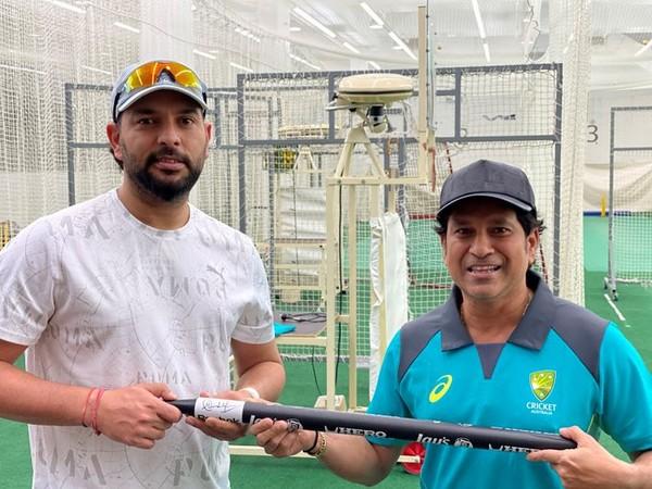 Yuvraj Singh and Sachin Tendulkar with the 2011 World Cup stump. (Photo/cricket.com.au Twitter)