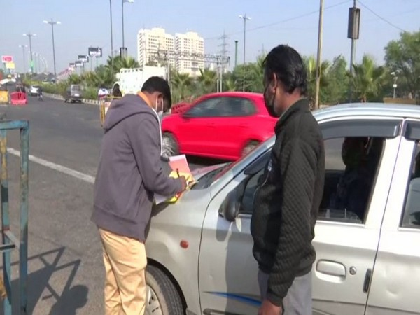 Officials at Delhi-Noida border imposing fine of Rs 2,000 on people for not wearing masks while traveling. (Photo/ANI)