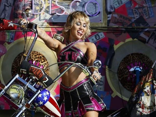 Miley Cyrus performing at Super Bowl 2021 (Image source: Instagram)