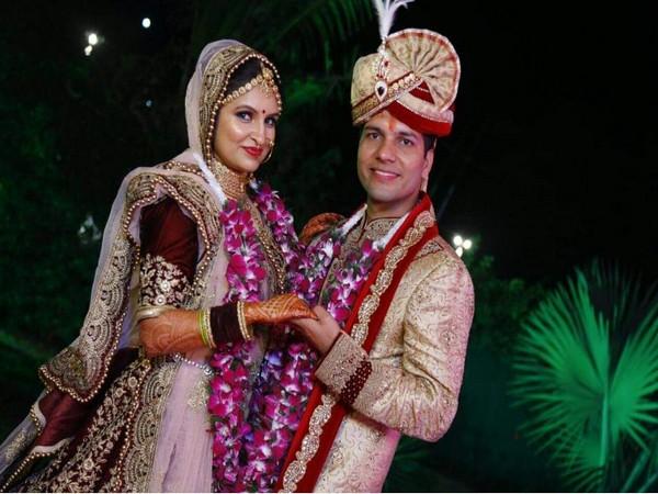 Pilot Ashish Tanwar with his wife. Photo/ANI