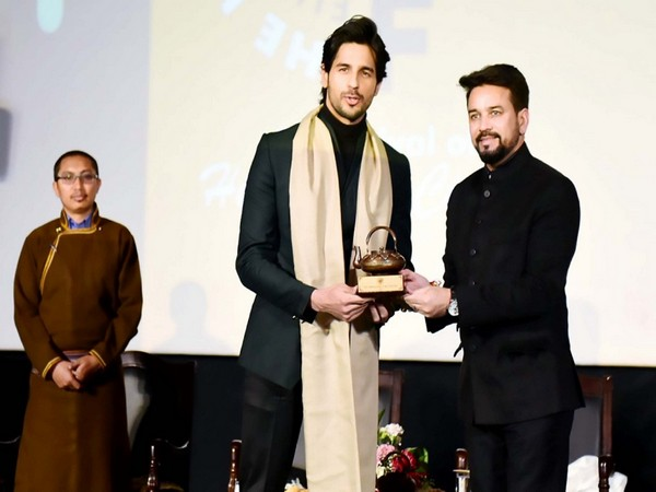Sidharth Malhotra receiving felicitation from Anurag Singh Thakur, Union Minister of Information and Broadcasting and Youth Affairs and Sports.