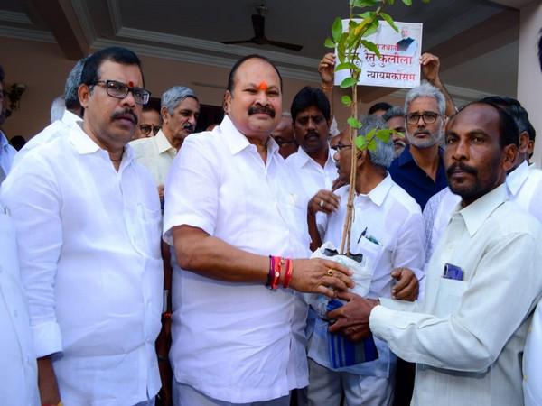 Farmers met Andhra Pradesh BJP President Kanna Lakshmi Narayana on Tuesday in Guntur. Photo/ANI