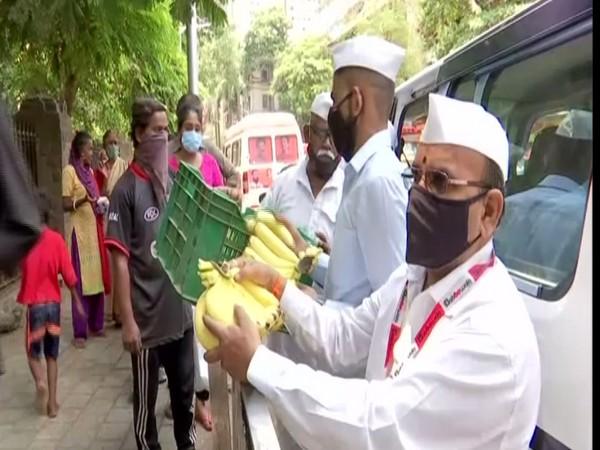 Mumbai Dabbawalas distributing food outside KEM hospital in Mumbai. (Photo/ ANI)
