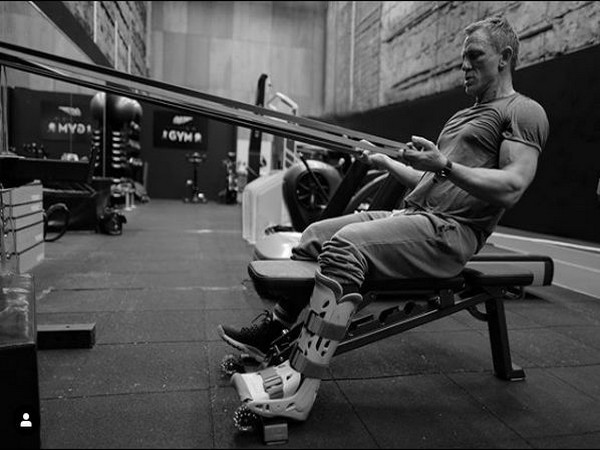 Daniel Craig working out with a leg cast (Image courtesy- Instagram)