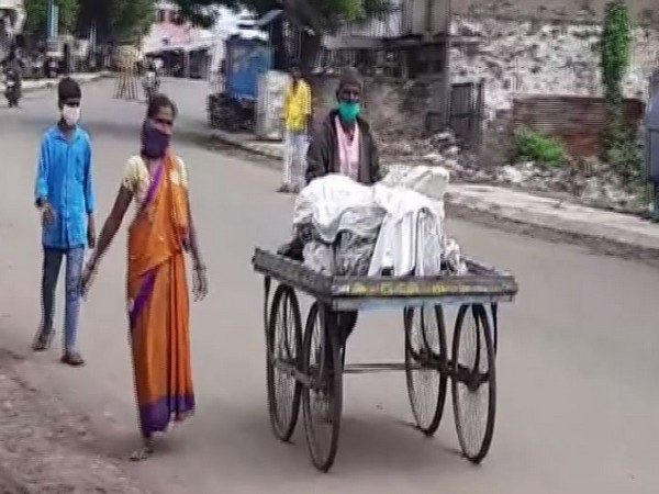 Family carries corpse of suspected in Belagavi COVID-19 patient by cart (Photo/ANI)