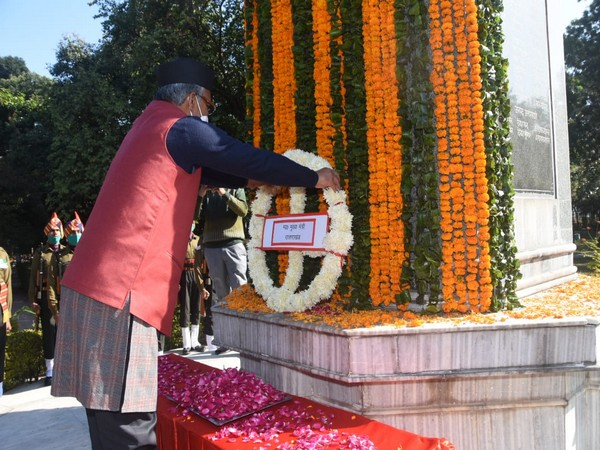 Uttarakhand CM Trivendra Singh Rawat paying floral tributes to fallen soldiers at Gandhi park in Dehradun on Wednesday. (Photo/ANI)