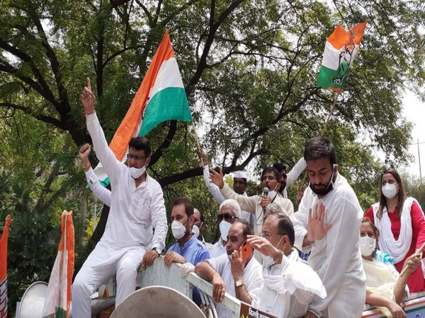 During its protest, the party demanded that wages of Delhi Government staff must be immediately released. (Photo: twitter/Delhi Congress)