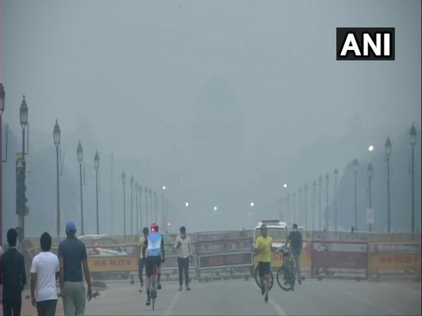 Cyclists are facing breathing problems due to rising pollutants in the air near India Gate, New Delhi. (Photo/ANI)