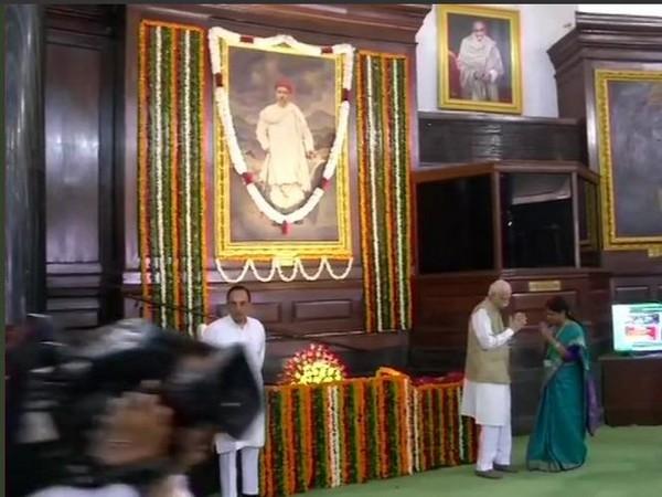LK Advani paying tributes to freedom fighter Bal Gangadhar Tilak on Tuesday. Photo/ANI