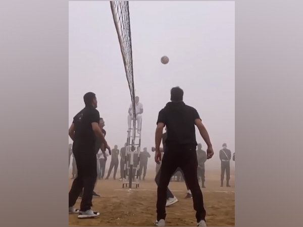 Actor Akshay Kumar playing volleyball with 'bravehearts' (Image Source: Instagram)