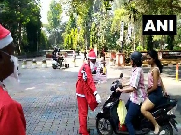 A Panaji Traffic Police personnel dressed as Santa Clause in Goa on Tuesday spread awareness regarding traffic rules to the violators. Photo/ANI