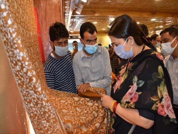 Union Minister Smriti Irani with local artisans in J-K.