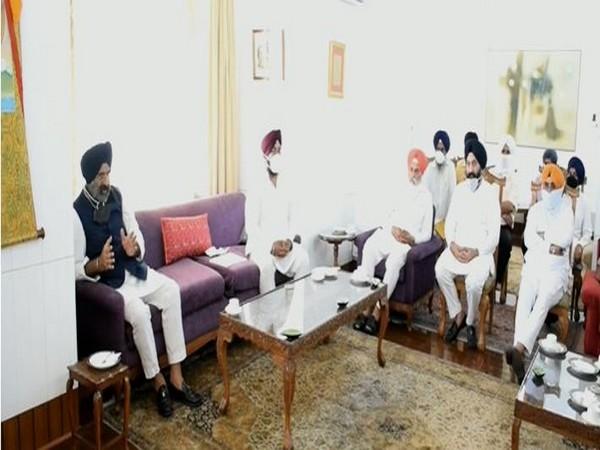 DSGMC delegation met Jammu and Kashmir Lieutenant Governor Manoj Sinha. (photo/ANI)