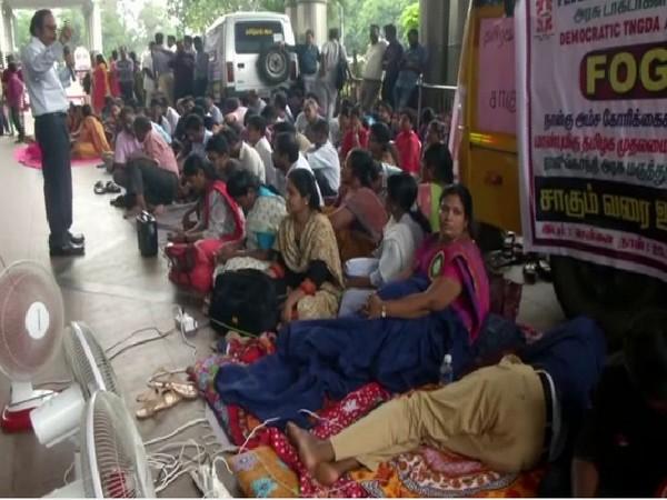 Tamil doctors indefinite strike continues for the second day inside Rajiv Gandhi Hospital premises. Photo/ANI