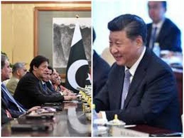 Pakistan Prime Minister Imran Khan (l) and Chinese President Xi Jinping