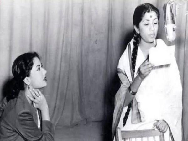 Meena Kumari, Lata Mangeshkar (Image source: Twitter)
