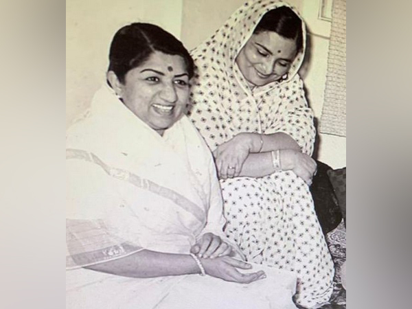 Lata Mangeshkar with late author Padma Sachdev (Image source: Twitter)