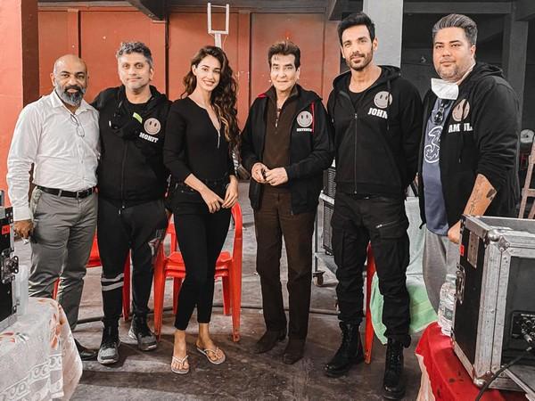 The team of 'Ek Villain Returns' with Jeetendra Kapoor (Image source: Instagram)